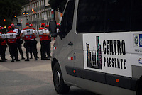 RIO DE JANEIRO, RJ, 20.07.2016 - SEGURANÇA-RJ - Segurança reforçada no centro do Rio de Janeiro, nesta quarta-feira (20). A patrulha faz parte da operação Centro Presente. O programa é composto por policiais militares, que trabalham na folga recebendo uma remuneração extra e agentes civis, que vieram de uma relação do Comando Militar do Leste, que vão realizar as filmagens das operações, assim como assistentes sociais, assistentes administrativos e motoristas que receberam treinamento para o trabalho. Nesta manhã, agentes prenderam um suspeito de roubo na região da Rua Uruguaiana. (Foto: Marcus Victorio/Brazil Photo Press)