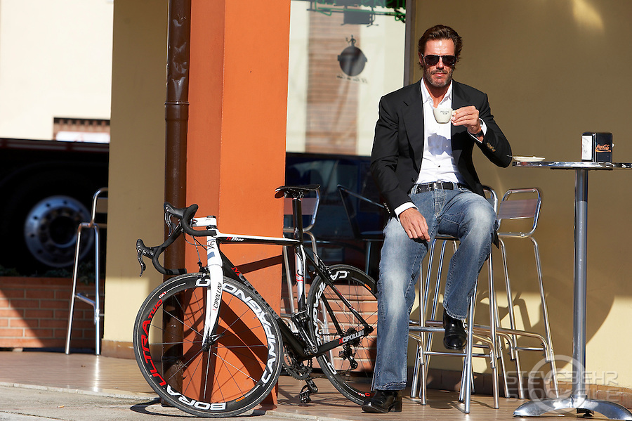 Mario Cipollini with RB800 bicycle outside cafe drinking coffee<br />