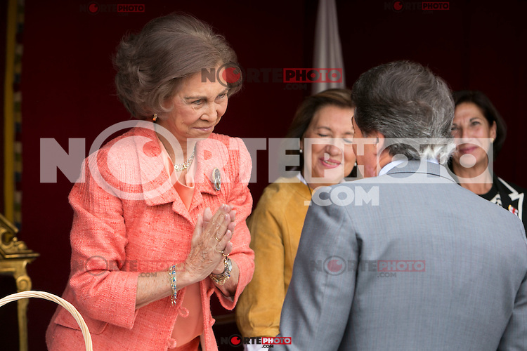 Ignacio Gonzalez, president of the Madrid Government and Queen Sofia at her Red Cross Stand on the FLAG DAY in Madrid, Spain. October 8, 2014. (ALTERPHOTOS/Carlos Dafonte)