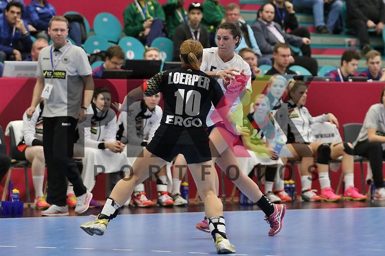 Kolding (DK), 07.12.15, Sport, Handball, 22th Women's Handball World Championship, Vorrunde, Gruppe C, Deutschland-Argentinien : Anna Loerper (Deutschland, #10), Manuela Pizzo (Argentinien, #05)<br /> <br /> Foto &copy; PIX-Sportfotos *** Foto ist honorarpflichtig! *** Auf Anfrage in hoeherer Qualitaet/Aufloesung. Belegexemplar erbeten. Veroeffentlichung ausschliesslich fuer journalistisch-publizistische Zwecke. For editorial use only.