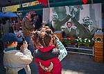 Dzieci fotografujące ojca w scenografii z PRL-u. Wrocławski rynek.