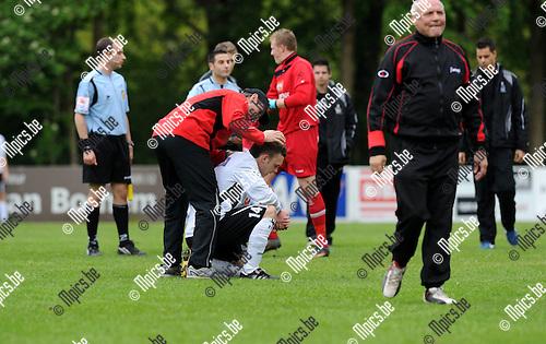 2012-05-06 / Voetbal / seizoen 2011-2012 / Bornem - Bocholter VV / Teleurstelling bij Bocholt. Niels Roijakkers wordt getroost..Foto: Mpics.be