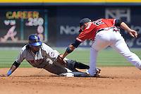 ELX04 ATLANTA. EE.UU. 17/04/2011.- El jugador de los Mets de Nueva York Jose Reyes (i) junto a Alex Gonzalez (d) de los Bravos de Atlanta, durante el partido de béisbol correspondiente a la liga MLB y que se disputa en Atlanta, EE.UU., domingo 17 de abril de 2011. EFE/ERIK S. LESSER..