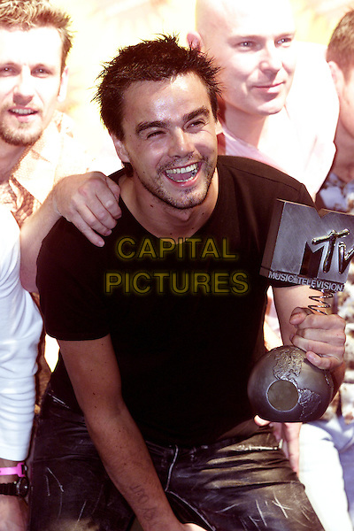 DINANE(KANE).MTV Europe Music Awards.Frankfurt, 8th November 2001.laughing laugh black t-shirt leather trousers holding award.www.capitalpictures.com.sales@capitalpictures.com.©Capital Pictures