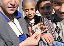 Iran 2004 Des gamins dans un village traditionnel kurde sur la route de Merivan<br />