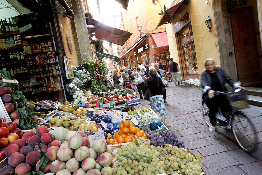 Negozi di frutta e verdura nella zona di via delle Drapperie a Bologna.<br /> Vegetables and fruits shops in via delle Drapperie, Bologna.<br /> UPDATE IMAGES PRESS/Riccardo De Luca