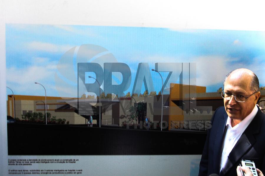 GUARULHOS, SP - 12.05.2014 - GOVERNADOR GERALDO ALCKMIN EM GUARULHOS - O governador do estado de São Paulo, Geraldo Alckmin, durante visita ao Complexo Hospitalar Padre Bento, na cidade de Guarulhos, grande São Paulo, onde deu inicio as obras ao novo Pronto Socorro daquele nosocomio, na manhã desta segunda-feira, 12. (Foto: Geovani Velasquez / Brazil Photo Press).