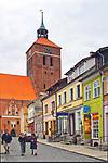 Centrum Reszla, w tle wieża zamku biskupów warmińskich