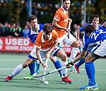UTRECHT - Florian Fuchs (Bldaal) in duel met Martijn Havenga (Kampong) en links Sjoerd de Wert (Kampong) tijdens de hockey hoofdklasse competitiewedstrijd heren:  Kampong-Bloemendaal (3-3). COPYRIGHT KOEN SUYK