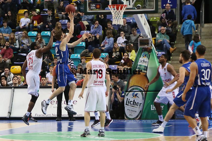 Trevor Mbakwe (Bamberg) gegen Aaron Doornekamp (Skyliners) - Fraport Skyliners vs. Brose Baskets Bamberg, Fraport Arena Frankfurt
