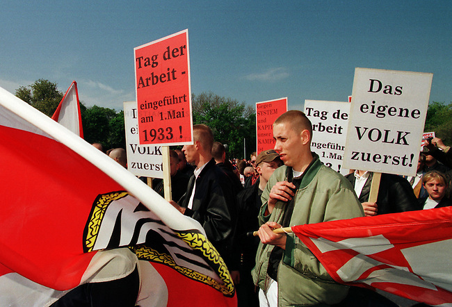 Etwa 4.000 Mitglieder und Sympathiesanten der NPD kamen zu einer Kundgebung vor das Voelkerschlachtdenkmal in Leipzig. Die NPD hatte 10.000 bis 15.000 Teilnehmer angekuendigt.<br /> Hier: Teilnehmer des Aufmarsches auf dem Kundgebungsplatz.<br /> 1.5.1998, Leipzig<br /> Copyright: Christian-Ditsch.de<br /> [Inhaltsveraendernde Manipulation des Fotos nur nach ausdruecklicher Genehmigung des Fotografen. Vereinbarungen ueber Abtretung von Persoenlichkeitsrechten/Model Release der abgebildeten Person/Personen liegen nicht vor. NO MODEL RELEASE! Nur fuer Redaktionelle Zwecke. Don't publish without copyright Christian-Ditsch.de, Veroeffentlichung nur mit Fotografennennung, sowie gegen Honorar, MwSt. und Beleg. Konto: I N G - D i B a, IBAN DE58500105175400192269, BIC INGDDEFFXXX, Kontakt: post@christian-ditsch.de<br /> Bei der Bearbeitung der Dateiinformationen darf die Urheberkennzeichnung in den EXIF- und  IPTC-Daten nicht entfernt werden, diese sind in digitalen Medien nach &sect;95c UrhG rechtlich geschuetzt. Der Urhebervermerk wird gemaess &sect;13 UrhG verlangt.]