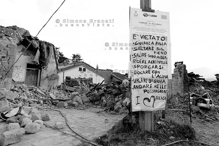 Illica, Rieti, 26 Agosto 2016.<br /> Edifici crollati anella piazza centrale di Illica, frazione di Accumoli. <br /> L'Italia &egrave; stata colpita da un potente, terremoto di 6,2 magnitudo nella notte del 24 agosto, 2016, che ha ucciso almeno 290 persone .<br /> Collapsed buildings  in Illica, a hamlet of Accumoli, earthquake epicenter in central Italy was struck by a powerful, 6.2-magnitude earthquake in the night of August 24, 2016, Which has killed at least 290 people and devastated hundreds of houses.
