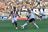 SÃO PAULO, SP, 02 SETEMBRO DE 2012 - CAMPEONATO BRASILEIRO - CORINTHIANS x ATLÉTICO MINEIRO: Emerson (d) durante partida Corinthians x Atlético Mineiro,  válida pela 20ª rodada do Campeonato Brasileiro de 2012, em partida disputada no Estádio do Pacaembu em São Paulo. FOTO: LEVI BIANCO - BRAZIL PHOTO PRESS