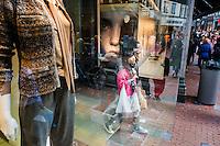 Nederland, Amsterdam, 21 sept 2013<br /> Kalverstraat op zaterdagmiddag. Winkelend publiek<br /> <br />  Foto(c): Michiel Wijnbergh