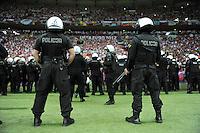 FUSSBALL  EUROPAMEISTERSCHAFT 2012   VORRUNDE Polen - Russland             12.06.2012 Bewaffnete Polizisten zeigen Staerke im Stadion in Warschau