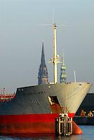 Hamburg am Hafen: EUROPA, DEUTSCHLAND, HAMBURG, (EUROPE, GERMANY), 14.09.2007: Hamburg, Hamburger Hafen, Kirche, Nicolai Kirche, Katharinen Kirche, Frachter auf Reede, Norderelebe, Pause, Besinnung, anlegen, ausladen.c o p y r i g h t : A U F W I N D - L U F T B I L D E R . de.G e r t r u d - B a e u m e r - S t i e g 1 0 2, .2 1 0 3 5 H a m b u r g , G e r m a n y.P h o n e + 4 9 (0) 1 7 1 - 6 8 6 6 0 6 9 .E m a i l H w e i 1 @ a o l . c o m.w w w . a u f w i n d - l u f t b i l d e r . d e.K o n t o : P o s t b a n k H a m b u r g .B l z : 2 0 0 1 0 0 2 0 .K o n t o : 5 8 3 6 5 7 2 0 9.C o p y r i g h t n u r f u e r j o u r n a l i s t i s c h Z w e c k e, keine P e r s o e n l i c h ke i t s r e c h t e v o r h a n d e n, V e r o e f f e n t l i c h u n g  n u r  m i t  H o n o r a r  n a c h M F M, N a m e n s n e n n u n g  u n d B e l e g e x e m p l a r !.