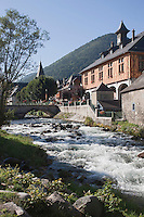 Europe/France/Midi-Pyrénées/65/Hautes-Pyrénées/Arreau: la Halle-Mairie  sur les bords de la Neste de Louron