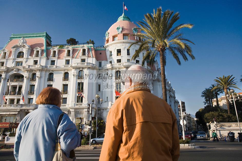 Europe/France/06/Alpes-Maritimes/Nice: Touristes sur la Promenade des Anglais devant l' Hôtel Négresco