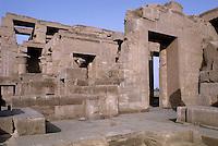 Afrique/Egypte/Louxor/Ancienne Thèbes: Le temple de Kôm Ombo: consacré à deux divinités, il est bâti selon un plan double, chacune des deux parties étant reliée à la suivante par deux portes, pour parvenir enfin à deux naos, consacrés l'un à Hatoéris (dieu faucon) et l'autre à Sobek (dieu crocodile)