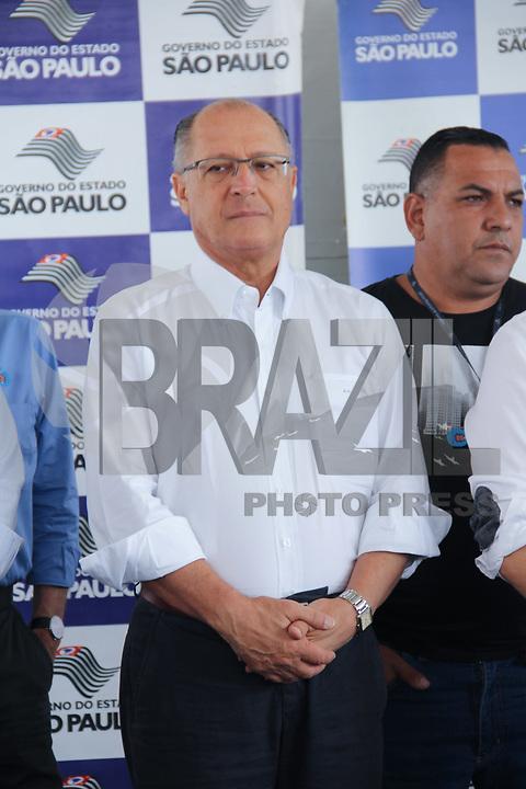 """GUARULHOS, SP, 27.01.2018 – ALCKMIN-SP – O governador Geraldo Alckmin acompanhado do prefeito Gustavo Henric Costa """"Guti"""", faz entrega de 178 U.H's oriundas das parcerias do DAEE/DERSA e CDHU, na região de Guarulhos – Bairro dos Pimentas, na manhã deste sábado, 27. (Foto:Nelson Gariba/Brazil Photo Press)"""
