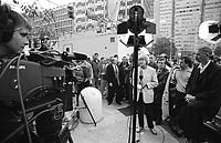 Milano, un piccolo aereo si schianta contro il Grattacielo Pirelli. La cronista della televisione tedesca ZDF durante una diretta al telegiornale --- Milan, a small plane crashes into the Pirelli skyscraper. The reporter of ZDF german television during a live on the news