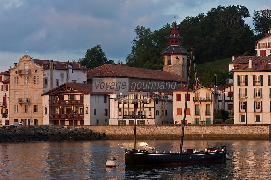 Europe/France/Aquitaine/64/Pyrénées-Atlantiques/Pays-Basque/Ciboure: Le port de pêche de Saint-Jean-de-Luz et l 'église Saint-Vincent de Ciboure et les maisons du quai Maurice Ravel à l'aube