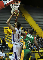 BOGOTA - COLOMBIA: 25-10-2013: John Hernandez (Izq.) jugador de Guerreros de Bogota, disputa el balón con Andres Lennys (Der.) de  Caribbean Heat de Cartagena, octubre 25 de 2013. Guerreros de Bogota y Caribbean Heat de Cartagena , durante partido de la fecha 31 de la fase I de la Liga Directv Profesional de Baloncesto 2 en partido jugado en el Coliseo El Salitre. (Foto: VizzorImage / Luis Ramirez / Staff). John Hernandez (L) of Guerreros from Bogota disputes the ball with Andres Lennys (R) from Caribbean Heat de Cartagena, October 25, 2013. Guerreros de Bogota y Caribbean Heat de Cartagena during a match for the 31 date of the Fase II of the League of Professional Directv Basketball 2 game at the El Salitre Coliseum. (Photo. VizzorImage / Luis Ramirez / Staff)