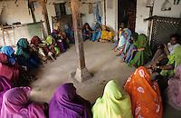 INDIA Dhar, Adivasi in village / INDIEN Madhya Pradesh, Adivasi, die indischen Ureinwohner, in einem Dorf in der Region Dhar