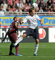 FUSSBALL   1. BUNDESLIGA  SAISON 2011/2012   4. Spieltag 1. FC Kaiserslautern - FC Bayern Muenchen         27.08.2011  Itay Shechter (li, 1. FC Kaiserslautern) gegen Holger Badstuber (re, FC Bayern Muenchen)
