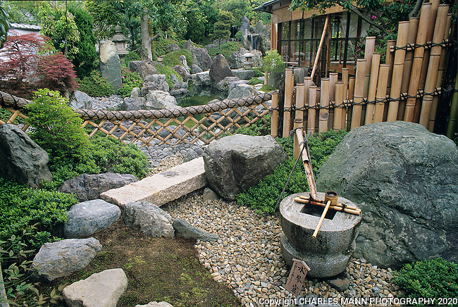 Kyoto zen garden with bamboo fence and basin mann for Garden fence features