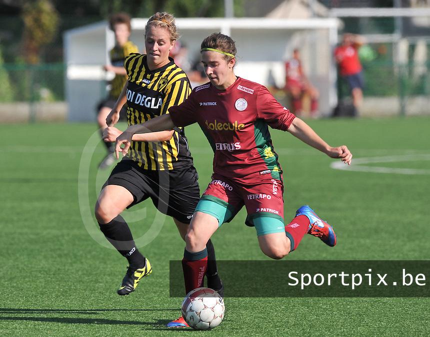 Dames Zulte - Waregem : Lindsey De Rijcke aan de bal voor Caroline Berrens van Lierse .foto DAVID CATRY  / Vrouwenteam.be.