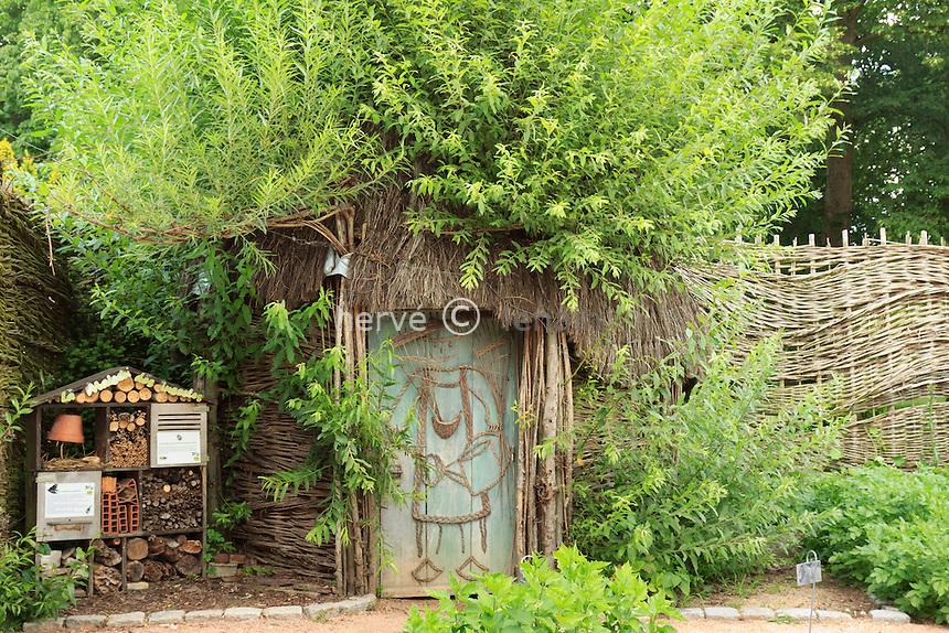 Parc Floral de la Source, cabane en osier vivant tressé dans le potager // France, Parc Floral de la Source, living braided wicker hut in the garden