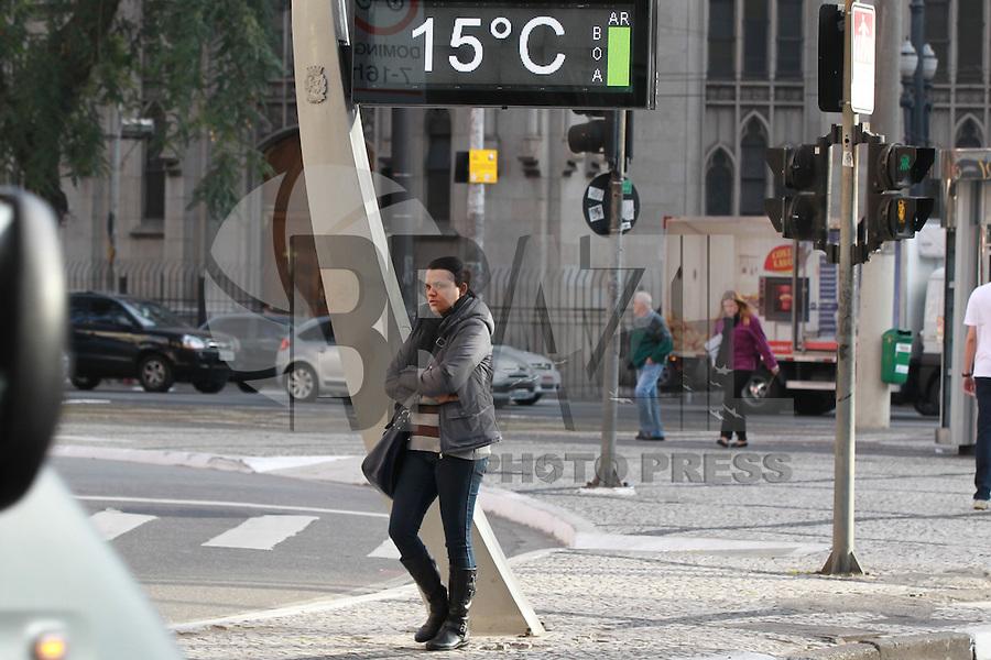 SAO PAULO, SP, 06-08-2014, FRIO. Manha gelada em São Paulo nessa quarta-feira (6), nas ruas da regiao central da capital paulista a população se protege como pode do frio.          Luiz Guarnieri/ Brazil Photo Press.