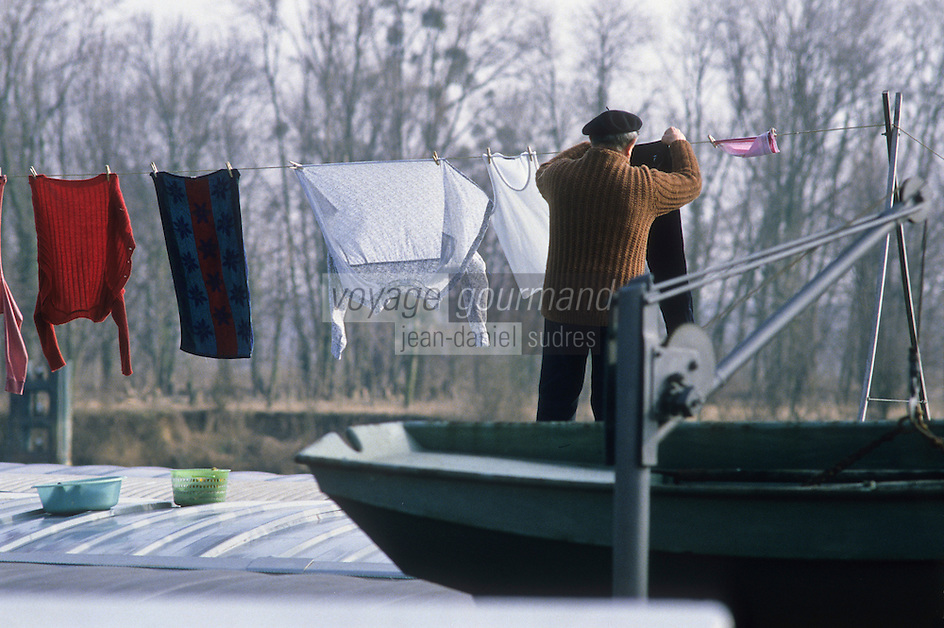 Europe/France/Ile-de-France/78/Yvelines/Conflans-Sainte-Honorine:  le port fluvial - Capitale française de la Batellerie - un marinier étend sa lessive<br /> PHOTO D'ARCHIVES // ARCHIVAL IMAGES<br /> FRANCE 1980