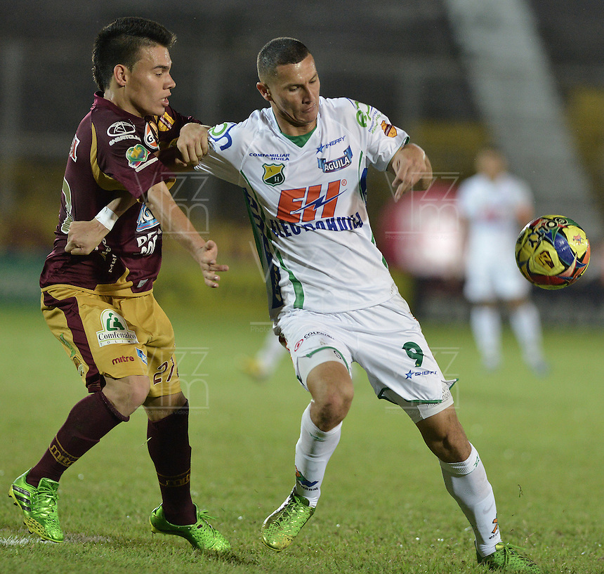 IBAGUÉ -COLOMBIA, 15-09-2013. Frank Lozano (I) del Tolima disputa el balón con Luis Paez (D) del Huila durante partido válido por la fecha 9 de la Liga Postobón II 2013 jugado en el estadio Manuel Murillo Toro de la ciudad de Ibagué./ Tolima Player Frank Lozano (L) fights for the ball with Huila player Luis Paez (R) during match valid for the 9th date of the Postobon  League II 2013 played at Manuel Murillo Toro stadium in Ibague city. Photo: VizzorImage/STR