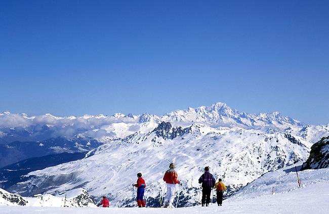 France, Savoie, Les Menuires. Des skieurs. *** Skiers, Les Menuires. Savoie, France.