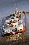 VIANEN - Binnenvaartschip met lading vaart op de rivier de LEk. .ANP PHOTO COPYRIGHT TON BORSBOOM