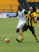 FLORIDABLANCA - COLOMBIA-29-09-2013: Juan C Escobar (Der.) jugador de Alianza Petrolera disputa el balón con John Viafara (Izq.) jugador del Deportivo Cali durante partido en el estadio Alvaro Gomez Hurtado de la ciudad de Floridablanca, septiembre 29 de 2013. Alianza Petrolera y Deportivo Cali jugaron partido por la duodecima fecha de las de la Liga Postobon II./ Juan C Escobar (R) player of Alianza Petrolera vies for the ball with John Viafara (L) player of Deportivo Cali during a match at the Alvaro Gomez Hurtado Stadium in Floridablanca city, September 29, 2013. Alianza Petrolera and Deportivo Cali in a match for the twelfth round of the Postobon  League II. (Photo: VizzorImage / Duncan Bustamante / Str)