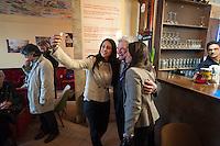 """Besuch des Bundespraesidenten Joachim Gauck in Kreuzberg.<br />Im Rahmen des Thementages """"Unterwegs zum Miteinander"""" des Bundespraesidenten besuchte Joachim Gauck am Mittwoch den 19. Maerz 2014 das interkulturelle """"Café Kotti"""" am Kottbusser Tor in Kreuzberg. Er wurde vom Besitzer des Cafe, Ercan Yasaroglu begruesst. Verschiedene migrantische NGOs diskutierten u.a. zum Thema Zuwanderung und Ausgrenzung von Menschen ohne deutschen Pass aus der bundesdeutschen Gesellschaft.<br />Im Bild: Nach dem Gespraech machen Teilnehmerinnen ein sog. """"Selfie""""-Foto mit den Bundespraesidenten.<br />19.3.2014, Berlin<br />Copyright: Christian-ditsch.de<br />[Inhaltsveraendernde Manipulation des Fotos nur nach ausdruecklicher Genehmigung des Fotografen. Vereinbarungen ueber Abtretung von Persoenlichkeitsrechten/Model Release der abgebildeten Person/Personen liegen nicht vor. NO MODEL RELEASE! Don't publish without copyright Christian-Ditsch.de, Veroeffentlichung nur mit Fotografennennung, sowie gegen Honorar, MwSt. und Beleg. Konto:, I N G - D i B a, IBAN DE58500105175400192269, BIC INGDDEFFXXX, Kontakt: post@christian-ditsch.de Urhebervermerk wird gemaess Paragraph 13 UHG verlangt.]"""