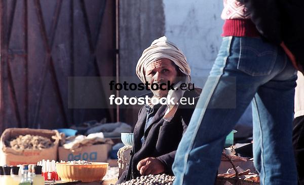 Older man selling nuts to a young boy at the farmer's market in Gabes, Tunisia<br /> <br /> Hombre vendiendo nuezes a un joven en el mercado de Gabes, Tunicia<br /> <br /> &Auml;lterer Tunesier verkauft N&uuml;sse an einen Jungen auf dem Markt von Gabes, Tunesien<br /> <br /> 2465 x 1502 px