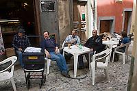 Europe/France/Provence-Alpes-Côtes d'Azur/06/Alpes-Maritimes/Alpes-Maritimes/Arrière Pays Niçois/La Brigue: Quinquin le facteur ch'ti de la commune  au bar : Chez Mario - lors de sa tournée de distribution du courrier