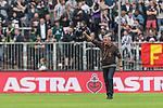 22.07.2017, Millerntor-Stadion, Hamburg, GER, FSP, FC St. Pauli vs SV Werder Bremen<br /> <br /> im Bild<br /> Olaf Janssen (Trainer FC St. Pauli) begr&uuml;&szlig;t Fans, <br /> <br /> Foto &copy; nordphoto / Ewert