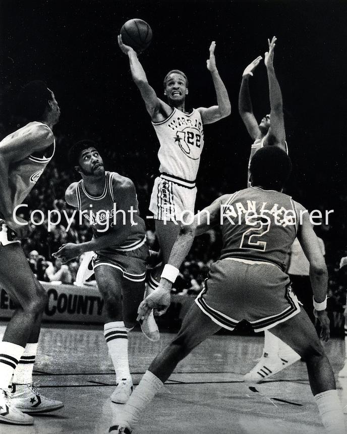 Golden State Warriors  Sonny Parker drives against Chicago Bulls Norm Van Lier<br />(photo/Ron Riesterer/Photoshelter)
