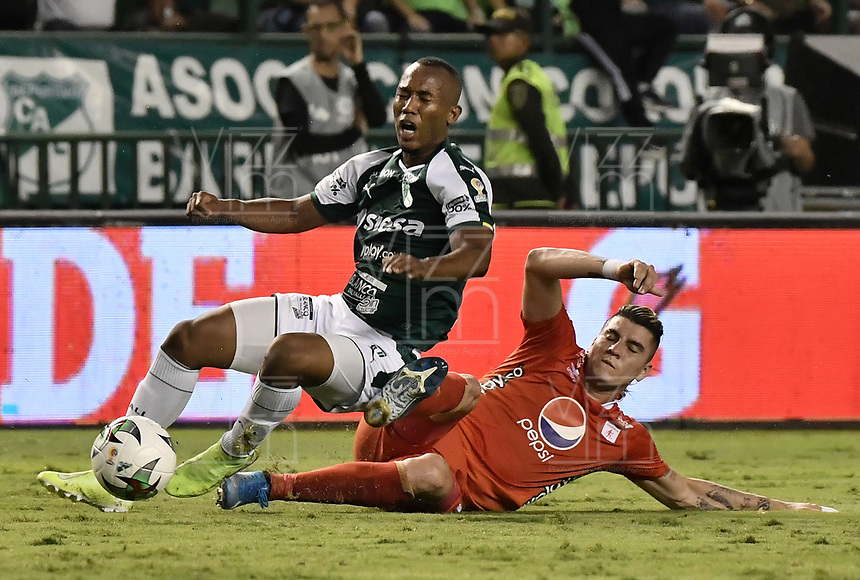 PALMIRA - COLOMBIA, 20-11-2019: Andres Balanta del Cali disputa el balón con Michael Rangel de America durante partido entre Deportivo Cali y América de Cali por la fecha 4, cuadrangulares semifinales, de la Liga Águila II 2019 jugado en el estadio Deportivo Cali de la ciudad de Palmira. / Andres Balanta of Cali vies for the ball with Michael Rangel of America during match between Deportivo Cali and America de Cali for the date 4, quadrangulars semifinals, as part of Aguila League II 2019 played at Deportivo Cali stadium in Palmira city. Photo: VizzorImage / Gabriel Aponte / Staff