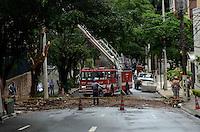 SAO PAULO, SP, 26 DE JANEIRO DE 2012 - QUEDA ARVORE ALMEDA JAU - Homens trabalham no local da queda de uma árvore na manhã de hoje, 26, na altura do número 1861 da Alameda Jaú, em São Paulo. A região ficou sem energia elétrica. (FOTO: ALEXANDRE MOREIRA - NEWS FREE).