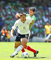 SOCCER/FUTBOL..ELIMINATORIAS CONCACAF 2010..MEXICO VS ESTADOS UNIDOS..CLASICO DE CONCACAF..Action photo of Brian Ching (L) of USA and Israel Castro (R) of Mexico, during World  Cup 2010 qualifier game against USA at the Azteca Stadium./Foto de accion de Brian Ching (I) de USA e Israel Castro (D) de Mexico, durante juego eliminatorio de Copa del Mundo 2010 en el Estadio Azteca. 12 August 2009. MEXSPORT/OSVALDO AGUILAR