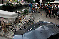 Rio de  Janeiro,5 de agosto de 2012- Um acidente na  manh&atilde; deste  domingo envolvendo dois  v&eacute;iculos na  av Presidente Vargas , altura  do pr&eacute;dio da  prefeitura, acabou com 3  v&iacute;timas sendo uma  crian&ccedil;a. O Fiesta vinho, trafegava  pela  pista BRS, para  &ocirc;nibus ,ao cruzar a  pista colidiu  com o v&eacute;iculo que trafegava atr&aacute;s, caindo de  cabe&ccedil;a  para  baixo no canal  do mangue, por  onde  passa o esgoto n&atilde;o tratado,  pedestre  ajudaram as v&iacute;timas a  sairem do ve&iacute;culo. Bombeiros encaminharam  as  v&iacute;timas por  o hospital  Souza Aguiar no centro do rj.<br /> Guto Maia Brazil Photo Press