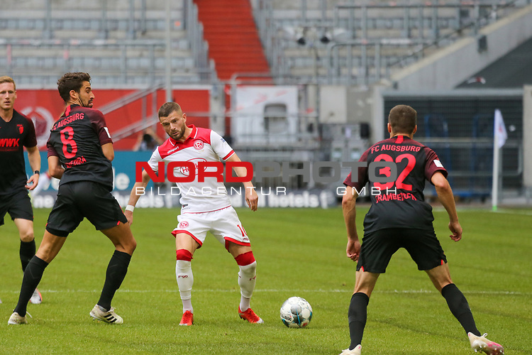 Augsburgs Rani Khedira, Duesseldorfs Valon Berisha #10 und Augsburgs Raphael Framberger #32<br />