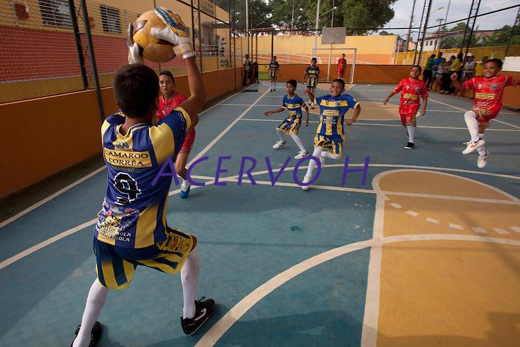 Criança e adolescentes moradores do entorno do projeto de ampliação da av. João Paulo II participam de programas sociais patrocinados pela Camargo Corrêa.<br /> Ananindeua, Pará, Brasil.<br /> Foto Paulo Santos<br /> 16/10/2014