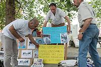 """Mahnwache """"Ich vermisse meine Familie"""" der Fluechtlingsinitiative """"people meet people - Respekt e.V."""" am Mittwoch den 27. Juli 2016 vor dem Auswaertigen Amt.<br /> Die Fluechtlingsinitiative aus dem brandenburgischen Bad Belzig und die Gefluechteten demonstrieren stellvertretend fuer viele syrische Vaeter, Frauen und Kinder fuer Ihren Wunsch nach einer Verbesserung der Familienzusammenfuehrung. Manche der Gefleuchteten warten seit Jahren auf die Erlaubnis ihre Kinder, Ehemaenner oder Ehefrauen aus dem Kriegsgebiet in Syrien nach Deutschland holen zu duerfen.<br /> Die Gefluechteten versuchten ein Gespraech mit einem Verantwortlichen aus dem Auswaertigen Amt zu bekommen, wurden aber vertroestet. Sie wollen ihren Protest zehn Tage lang durchfuehren.<br /> Einige der Gefluechteten haben Fotos ihrer Kinder und Angehoerigen, die noch in Syrien sind mitgebracht.<br /> 27.7.2016, Berlin<br /> Copyright: Christian-Ditsch.de<br /> [Inhaltsveraendernde Manipulation des Fotos nur nach ausdruecklicher Genehmigung des Fotografen. Vereinbarungen ueber Abtretung von Persoenlichkeitsrechten/Model Release der abgebildeten Person/Personen liegen nicht vor. NO MODEL RELEASE! Nur fuer Redaktionelle Zwecke. Don't publish without copyright Christian-Ditsch.de, Veroeffentlichung nur mit Fotografennennung, sowie gegen Honorar, MwSt. und Beleg. Konto: I N G - D i B a, IBAN DE58500105175400192269, BIC INGDDEFFXXX, Kontakt: post@christian-ditsch.de<br /> Bei der Bearbeitung der Dateiinformationen darf die Urheberkennzeichnung in den EXIF- und  IPTC-Daten nicht entfernt werden, diese sind in digitalen Medien nach §95c UrhG rechtlich geschuetzt. Der Urhebervermerk wird gemaess §13 UrhG verlangt.]"""